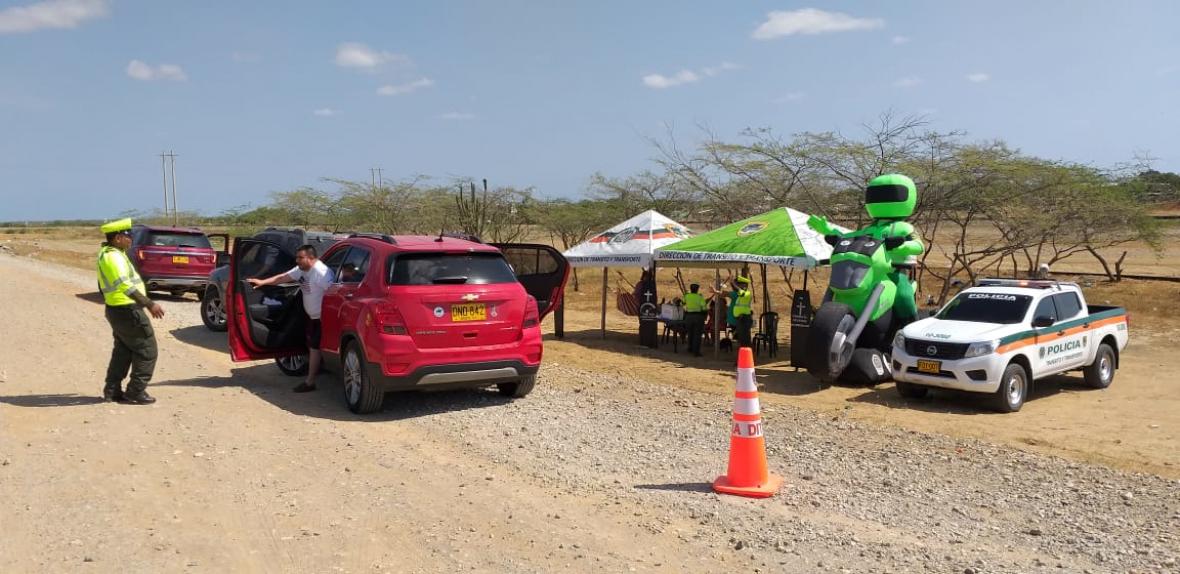 Panorama de un puesto de control instalado en una de las carreteras de La Guajira.