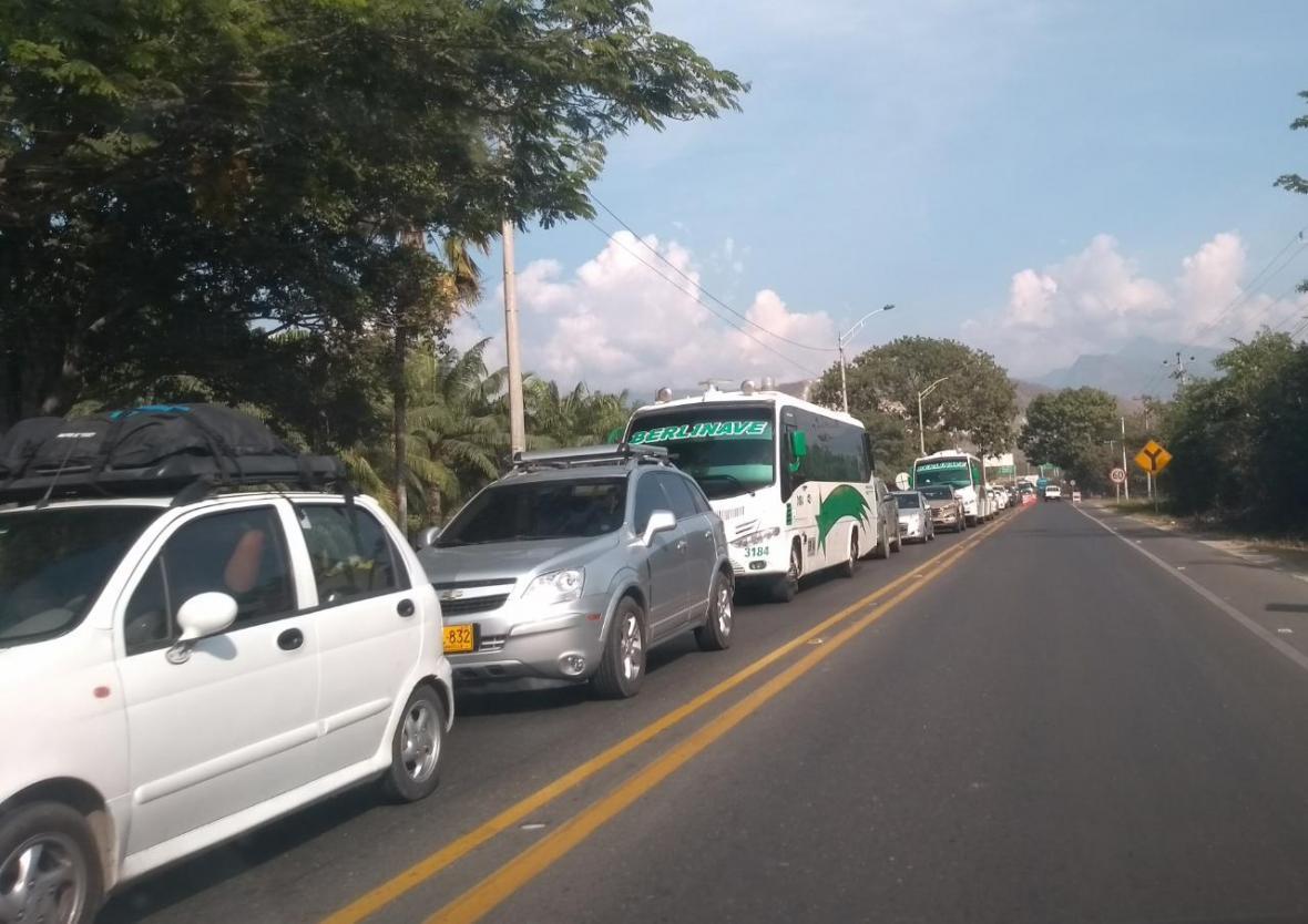 Una fila de carros durante el desarrollo del plan retorno en las vías de Santa Marta.