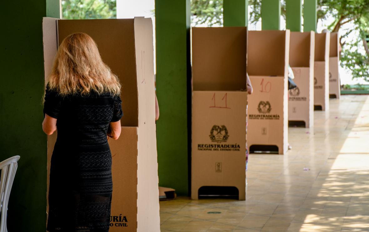 Una mujer vota en el colegio Centro Social Don Bosco.