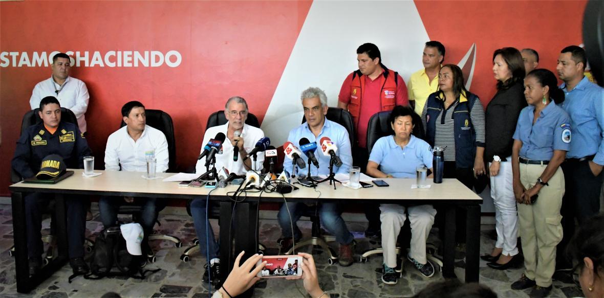 Alberto Escolar, Eduardo Verano, Ricardo Lozano, Luz Elvira Angarita y miembros del Comité de Riesgo durante la rueda de prensa en la Gobernación.