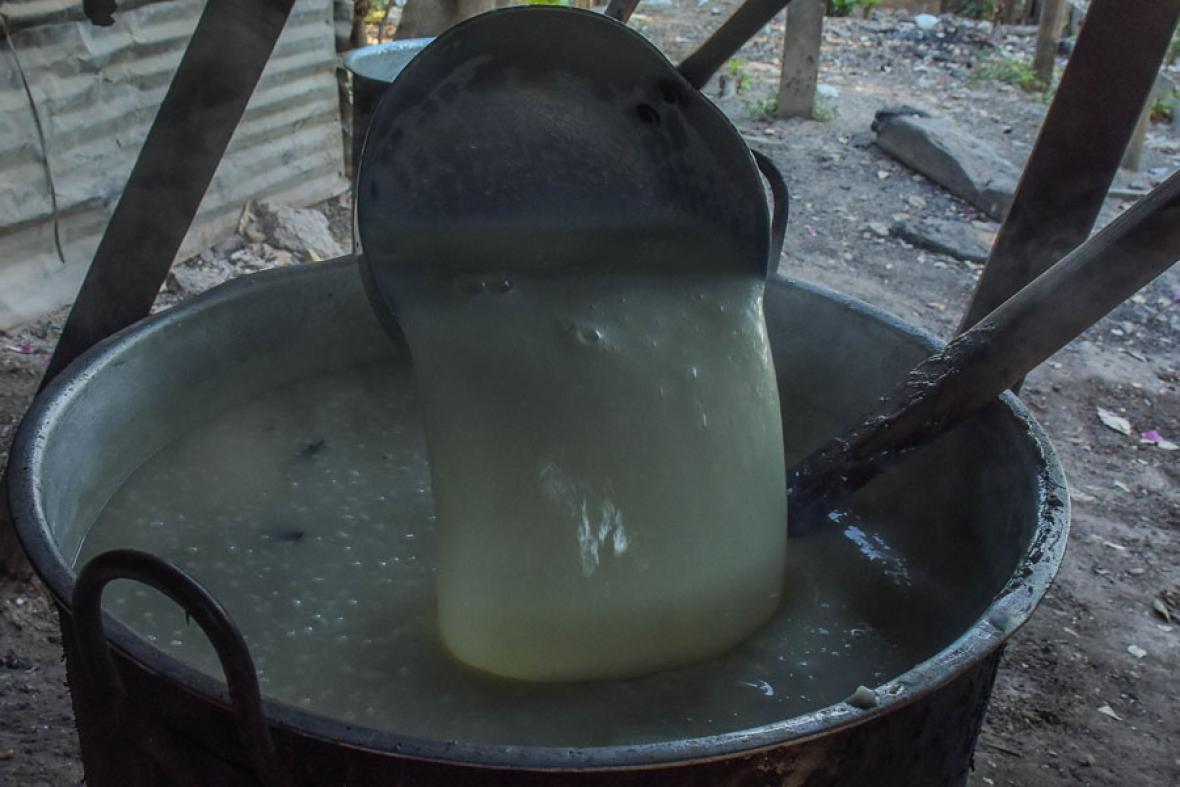 El paso final. Después de que hierva el peto con la canela, la harina y la azúcar, se le echan los 20 litros de leche como el paso final para que quedé cremosa la bebida y lista para servir.