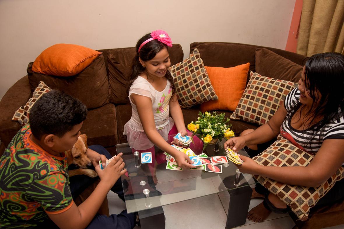 Andrés, el perro 'Rocky', Isabela y su mamá Yeimy mientras se divierten.