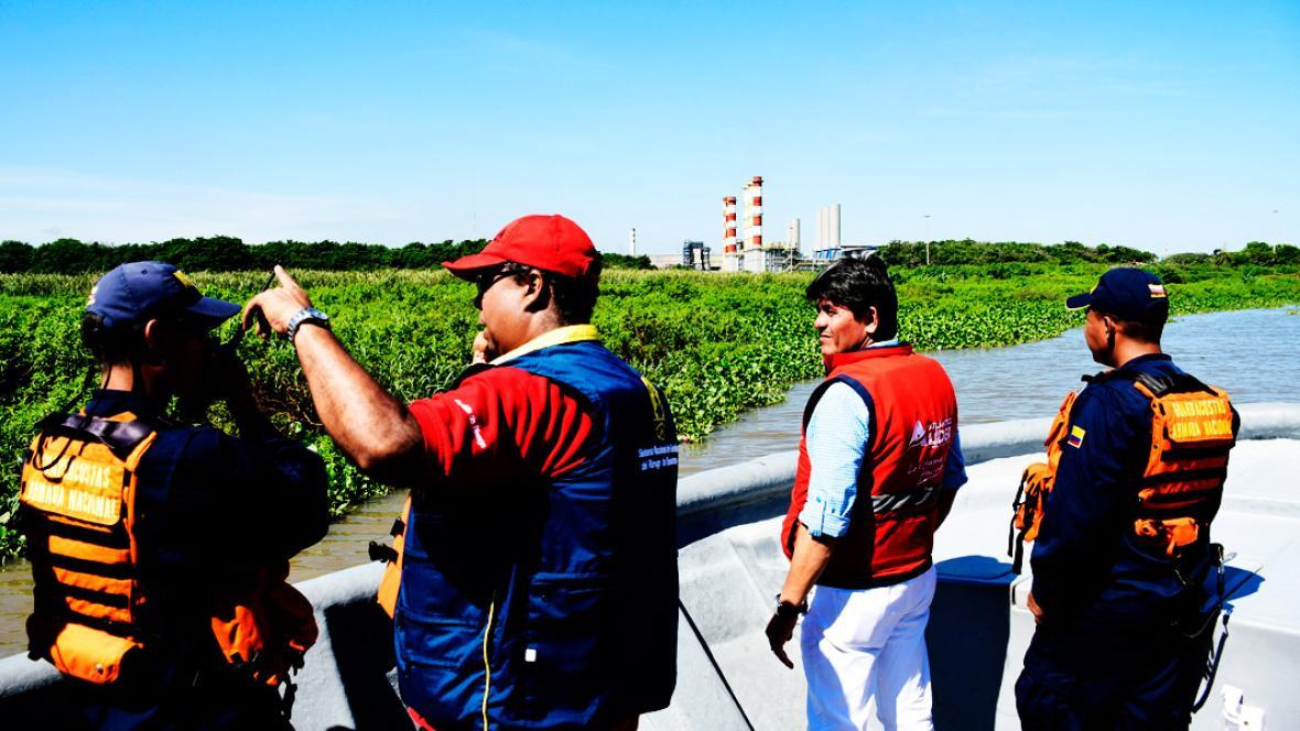 Parte del equipo de rescate coordina las labores de búsqueda sobre una lancha de la Armada Nacional.