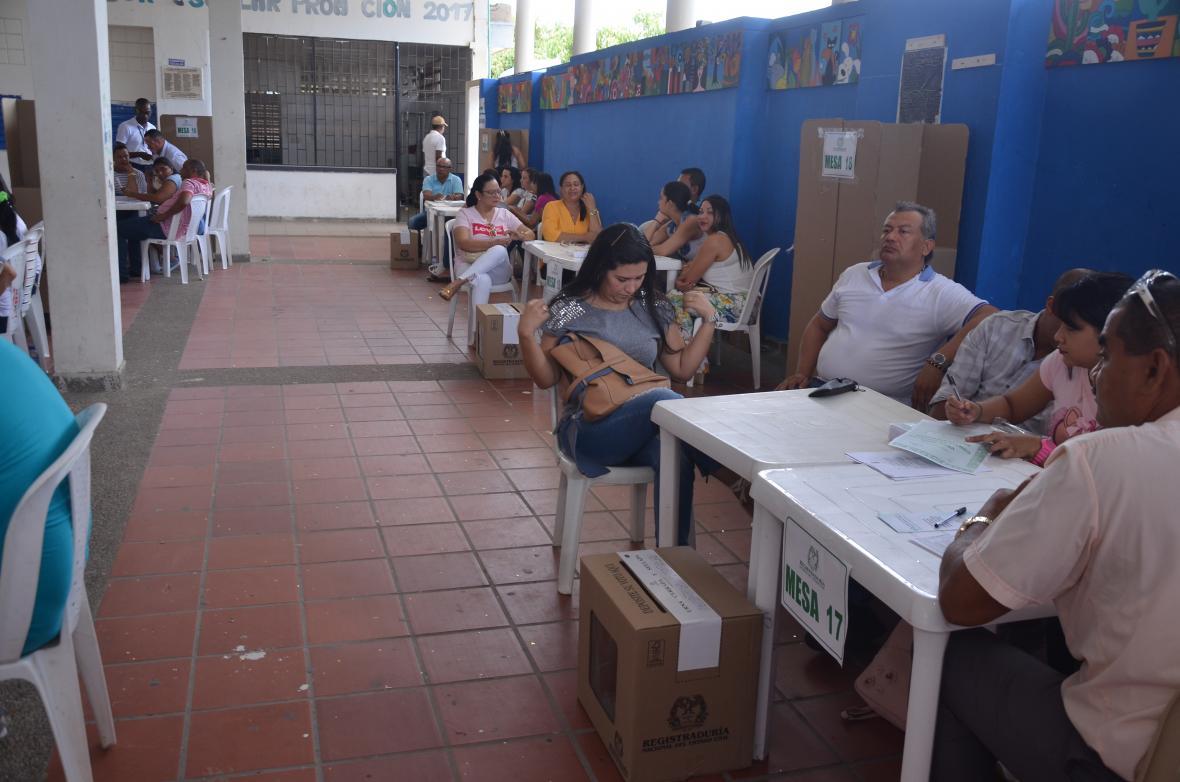 Jurados de votación en la Institución Educativa Almirante Padilla de Riohacha.