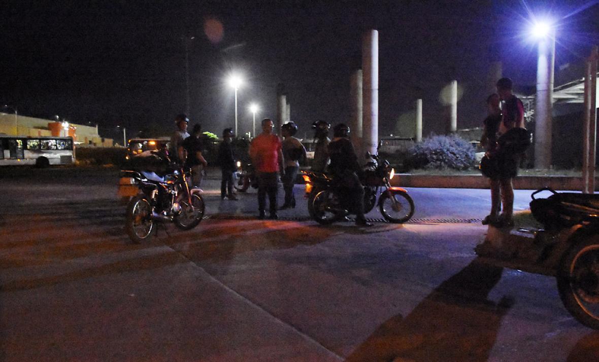 Mototaxistas dentro del Portal esperan pasajeros.