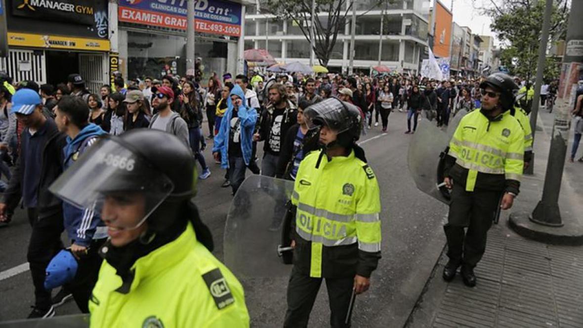 Estudiantes marchando  por la Séptima, en Bogotá.