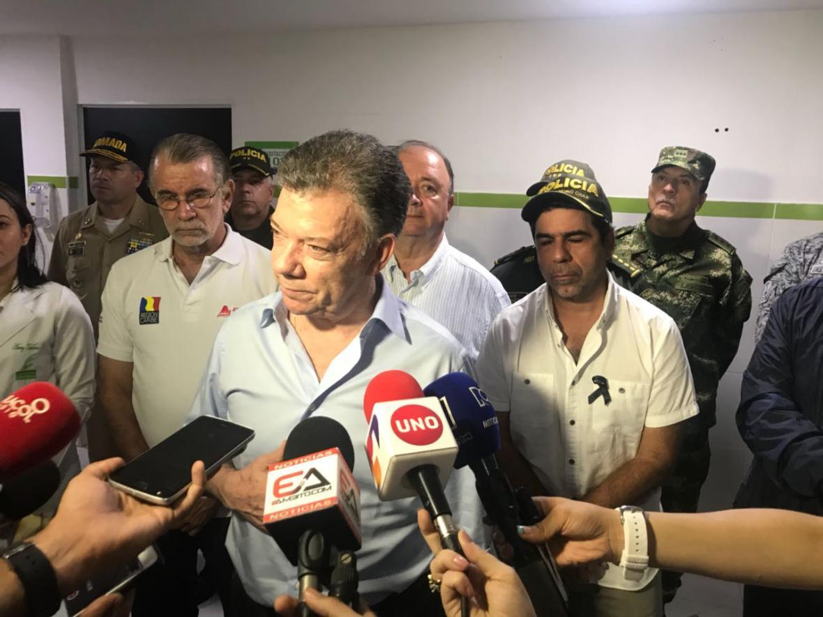 El presidente Santos entrega declaraciones luego de visitar la clínica Campbell. A su lado el gobernador Verano, el ministro de Defensa Luis Carlos Villegas y el alcalde Alejandro Char.