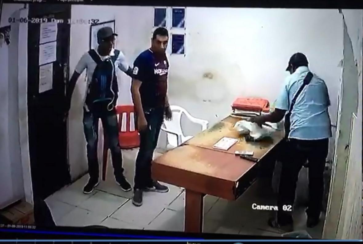 Ladrones quedaron registrados en las cámaras.