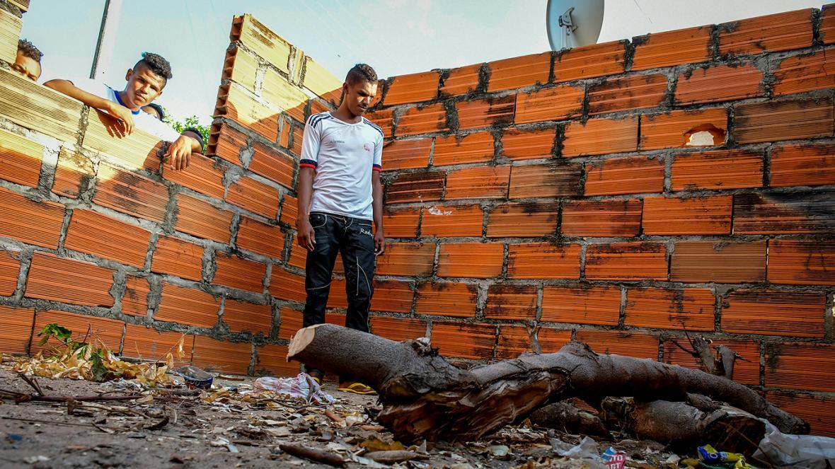 """Janer Sarmiento, hijo del detenido, camina por la casa que su papá """"prometió"""" levantarles."""
