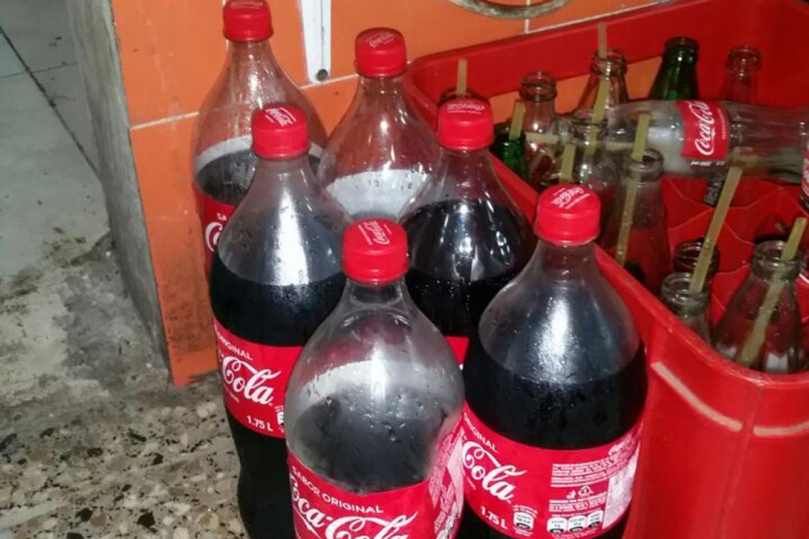 Seis de las botellas, de 1,75 litros, que fueron devueltas por los habitantes del barrio.