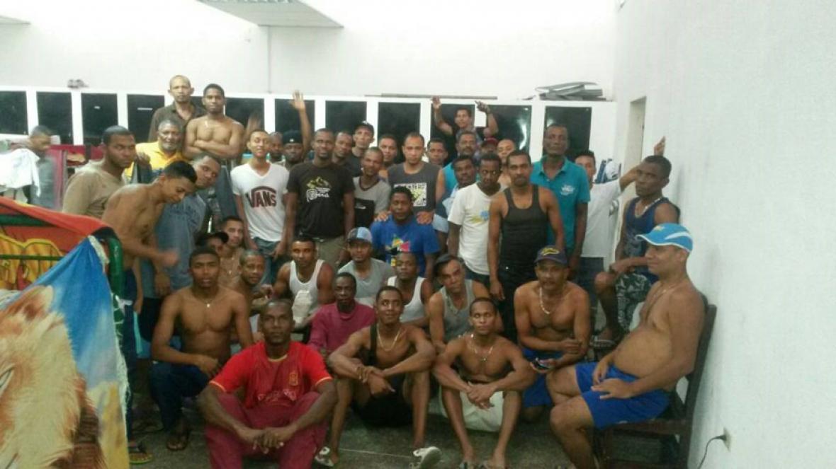 Los 61 colombianos están hacinados en el espacio habilitado para la detención.