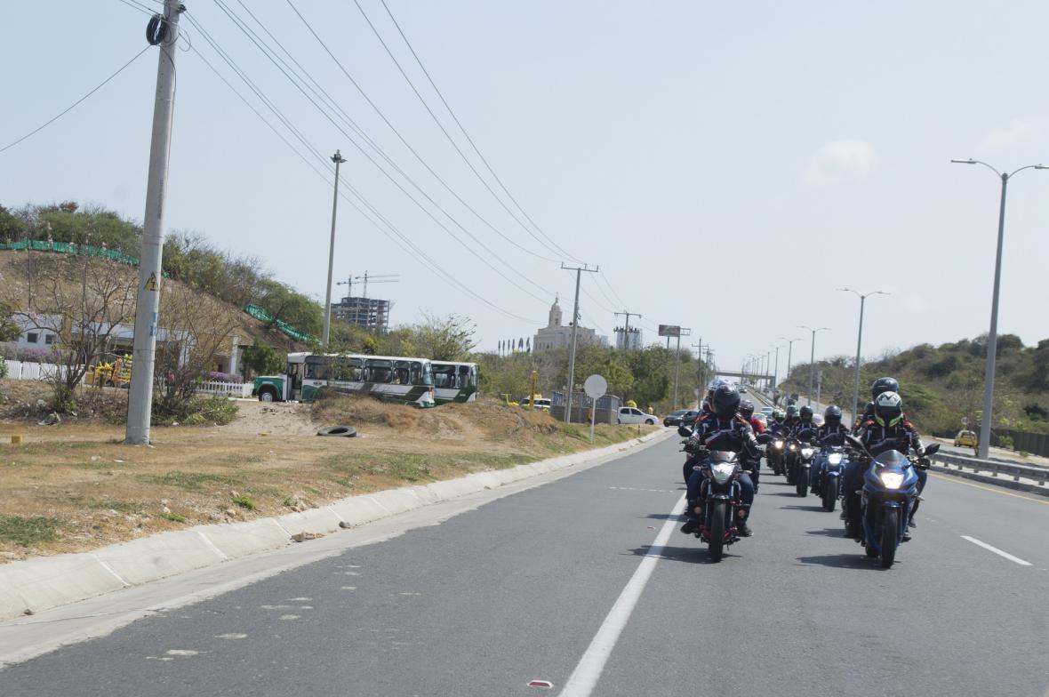 En dos filas transitan los integrantes, para no afectar el tráfico en carretera.