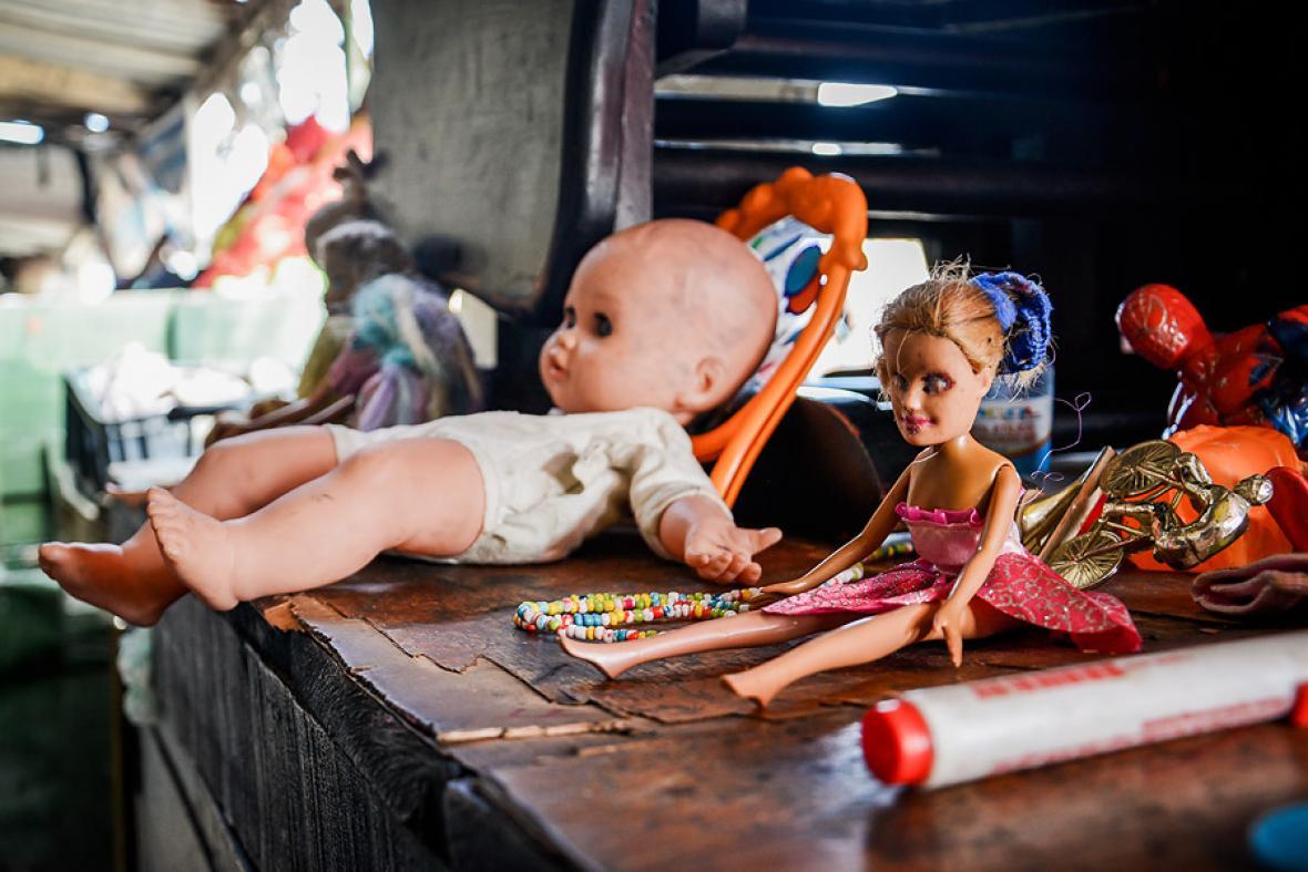 Un muñeco sin relleno de algodón, un espejo roto, y una Barbie tuerta, entre los cachivaches que vende Esmeralda Trillos, en El Playón.