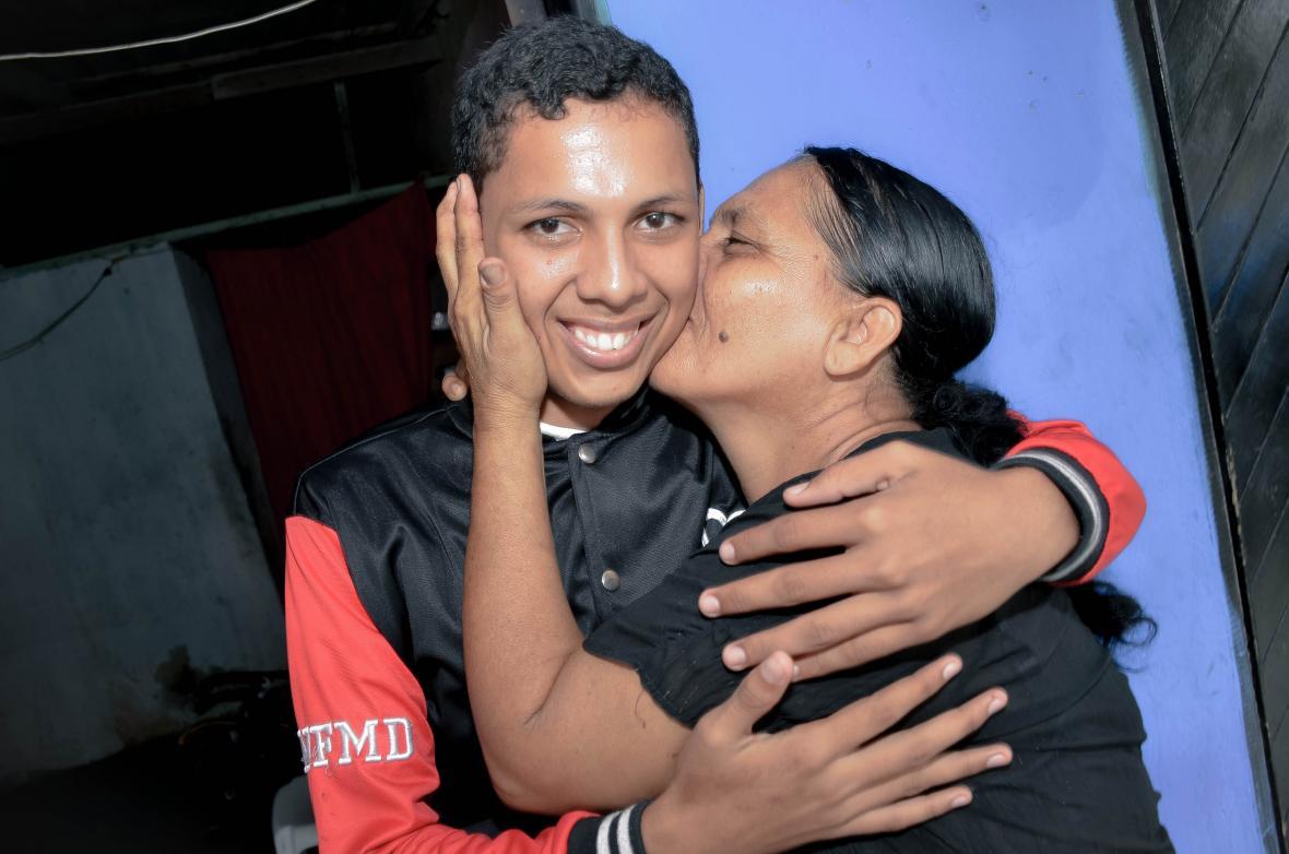 Daniel González recibe un beso y un abrazo de su madre Rubis Villarreal.