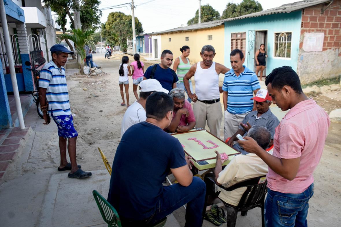 Como es costumbre, habitantes del barrio se reúnen en las calles para jugar dominó.