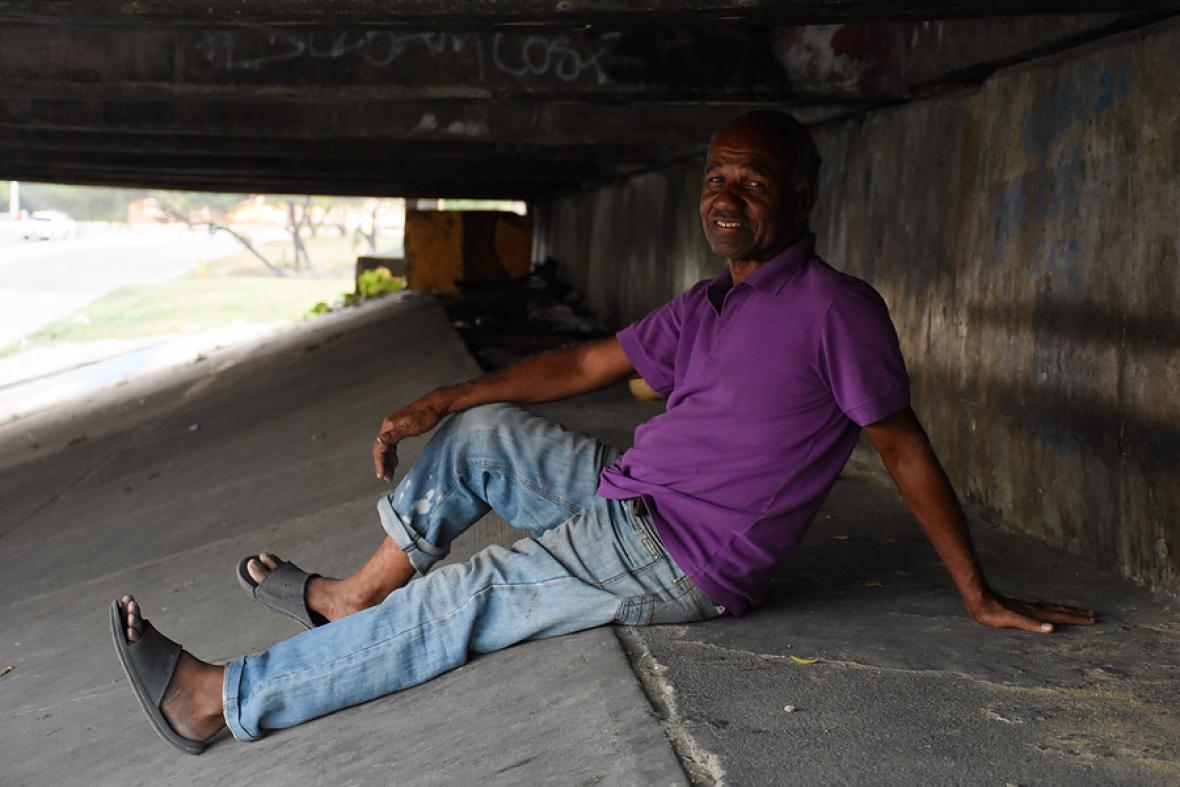 Gerardo 'El Ñato' Romero, sentado desde lo que considera su cama de cemento, debajo del puente de la calle 30 con la vía Circunvalar.