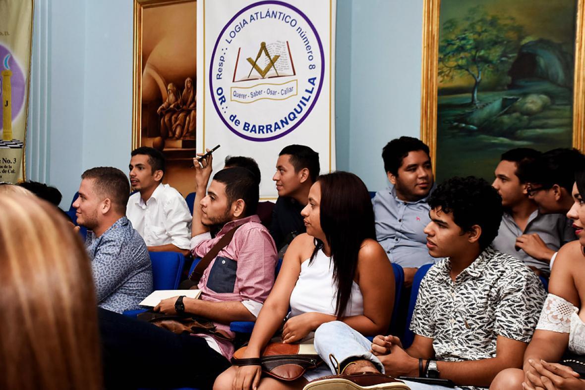 Jóvenes y miembros de unas de las siete logias de Barranquilla que asistieron al conversatorio.
