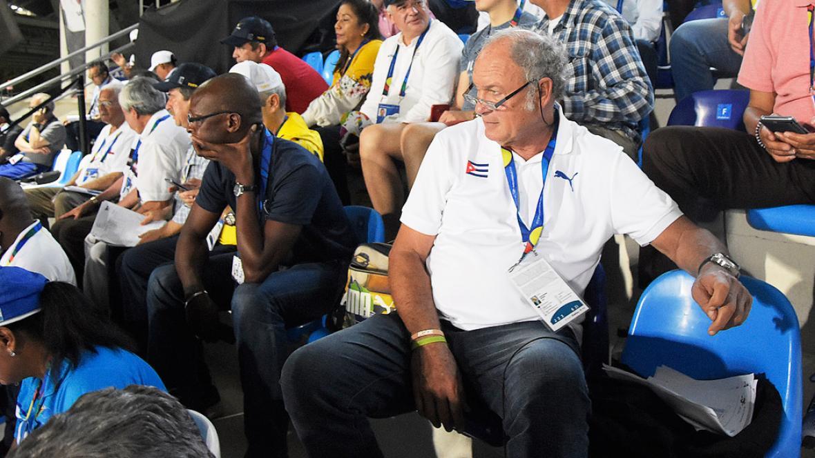 El cubano Alberto Juantorena observa la jornada de atletismo desde la gradería del estadio Rafael Cotes.