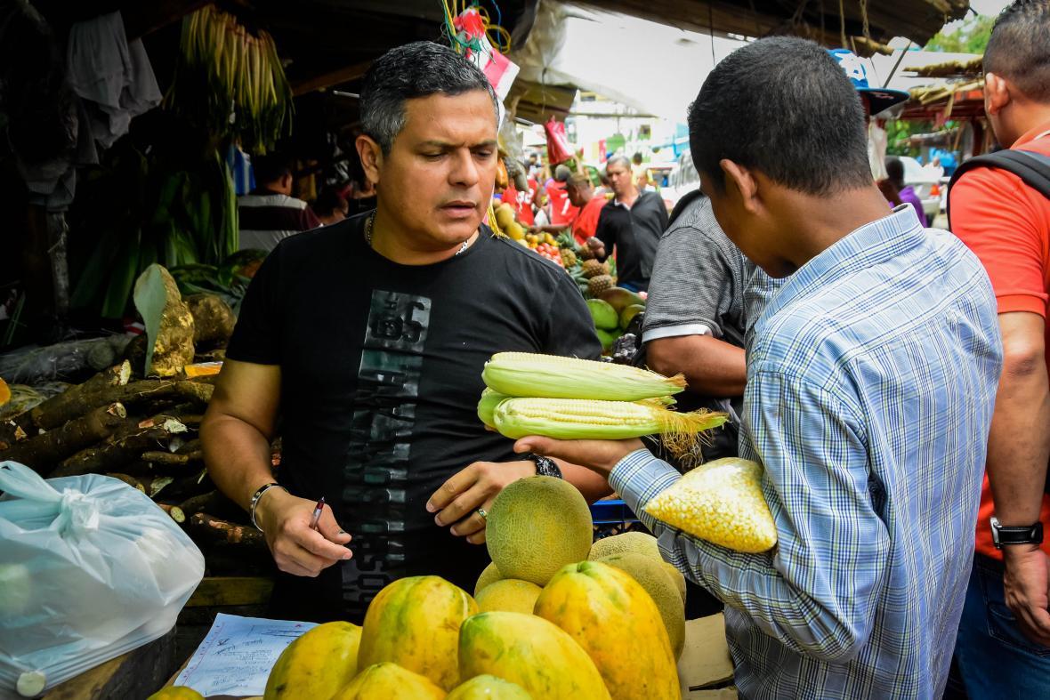 Un hombre compra maíz en el mercado de Barranquilla.