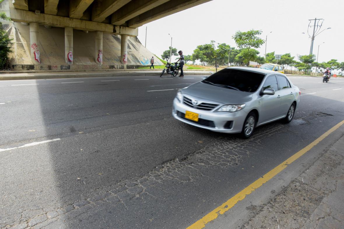 Grietas y desnivel en la carrera 15 sur con calle 69, a la altura del puente Siete de Abril.