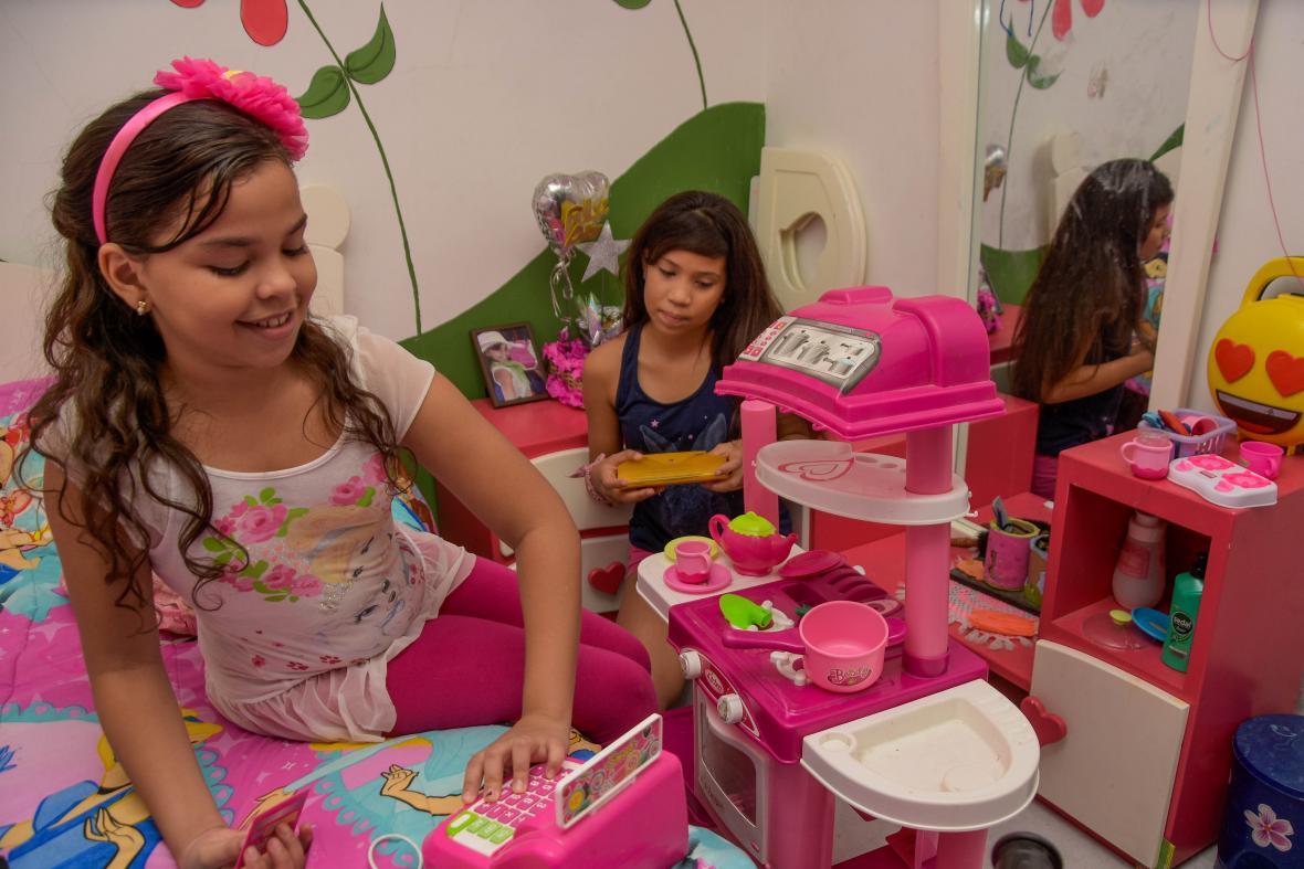 Isabela García y Alejandra Arévalo juegan a los 'chocoritos', en el cuarto.