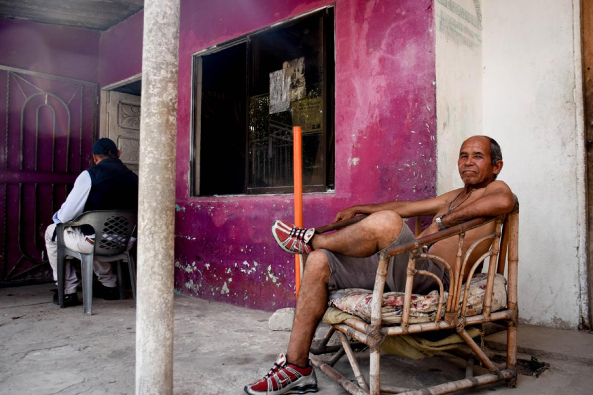 Reinaldo Gastelbondo se reposa a la entrada de su casa, ubicada sobre la calle 51B.