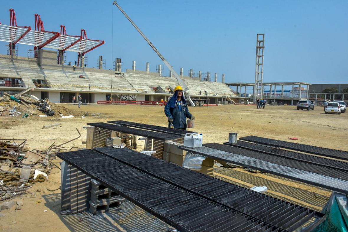 Unos 100 obreros trabajan todos los días para agilizar los trabajos del estadio.