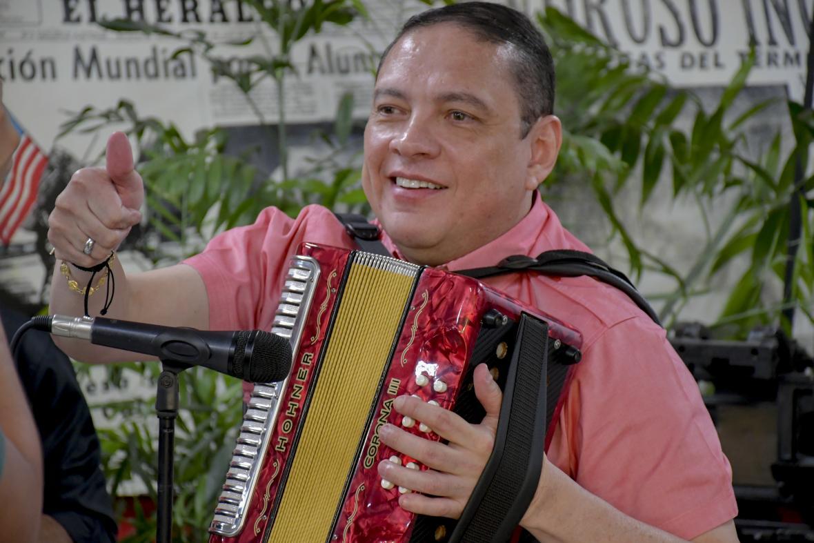 El Cocha Molina acompañó a Poncho en el acordeón.