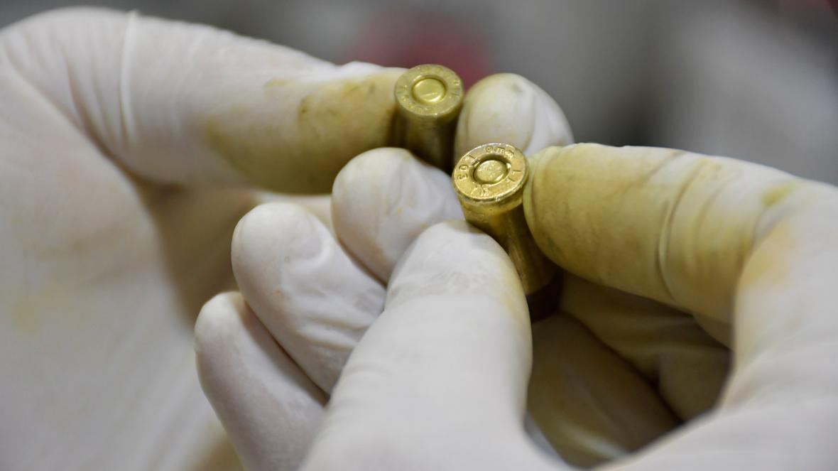 Un perito revisa dos proyectiles calibre 9 milímetros.