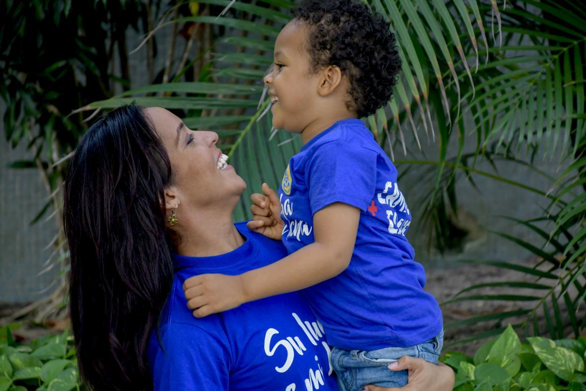 Sarah Villafaña junto a Samuel Díaz, su hijo, quien está próximo a cumplir cuatro años.