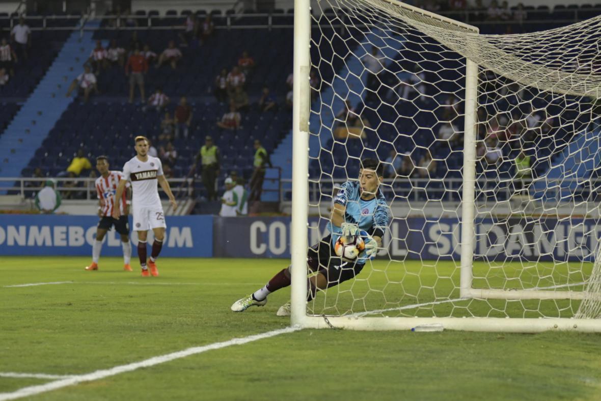 Esteban Andrada ahogó el grito de gol rojiblanco en varias ocasiones. En esta acción salvó en la raya un cabezazo de Teófilo.