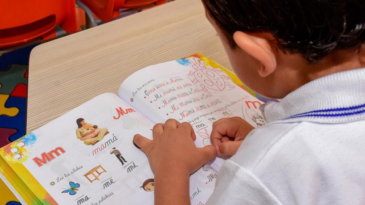 Es importante recalcarle al niño cómo se dice la palabra completa para que la asocie con las imágenes.