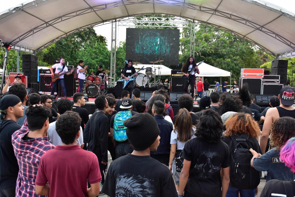 La banda Embodied of Deception entreteniendo a los asistentes en la Plaza de la Paz Juan Pablo II.