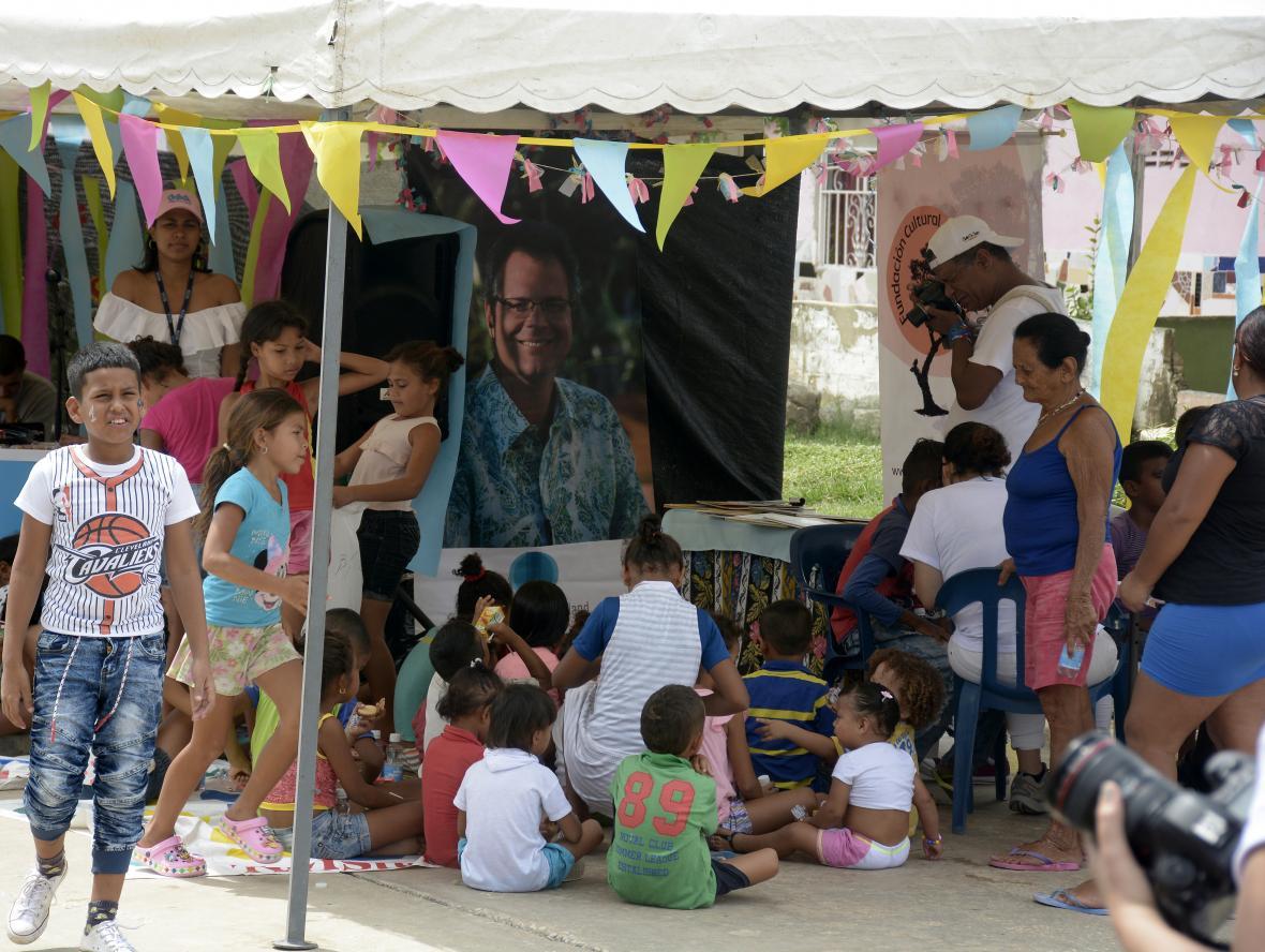 Varios niños disfrutan de actividades lúdicas.