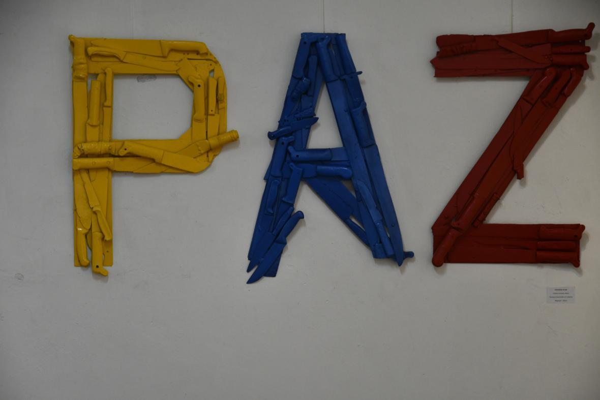 La obra 'Instrumento de paz', del colectivo Fronteras visibles de Magangué, está hecha con machetes.