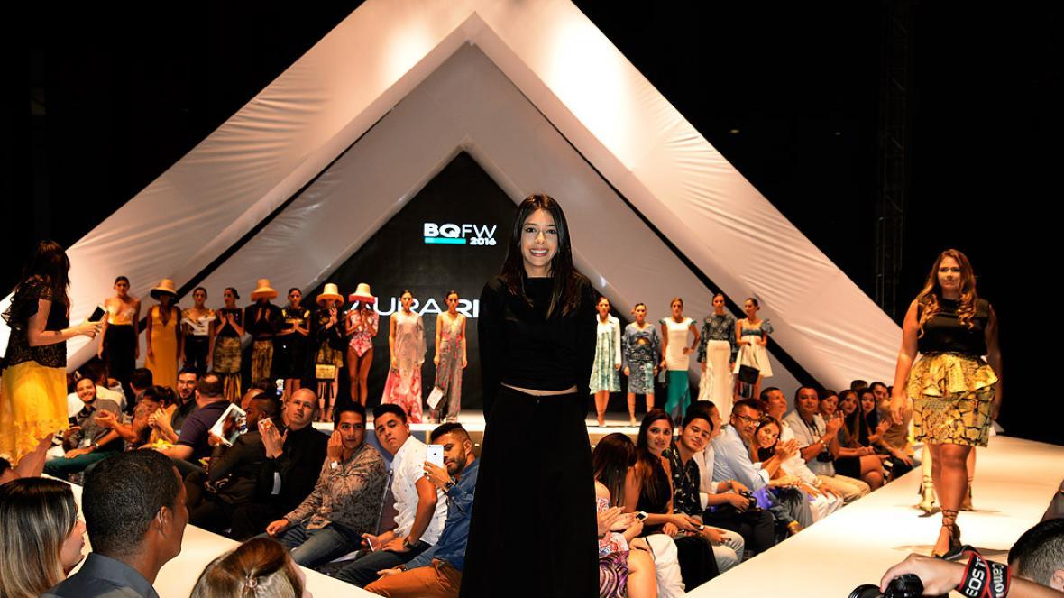 La diseñadora revelación 2015, Laura Riquett, acompañada de los blogueros y las modelos que estuvieron en su pasarela.