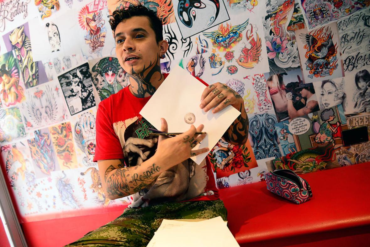 Gustavo Paternina, tatuador.
