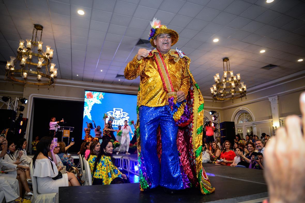 El rey Momo del Carnaval de Barranquilla, Freddy Cervantes, con el traje que lucirá en el desfile.