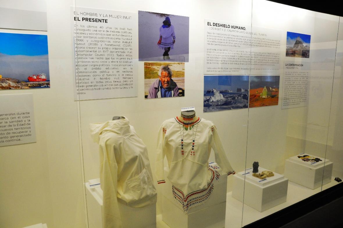 Una de las vitrinas con parte de la indumentaria inuit en la actualidad.