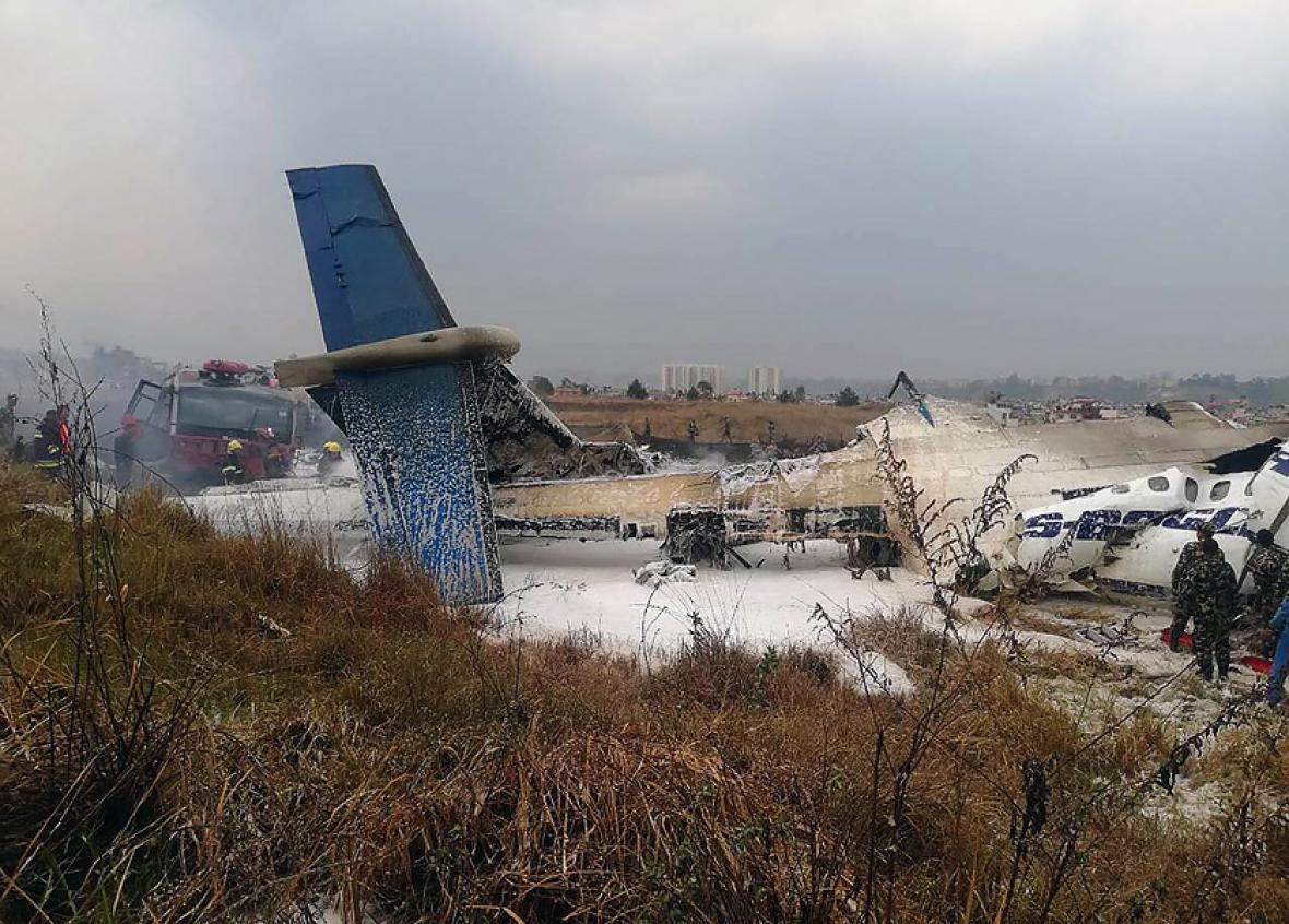 Estado en que quedó el avión de Banglades que se incendió.