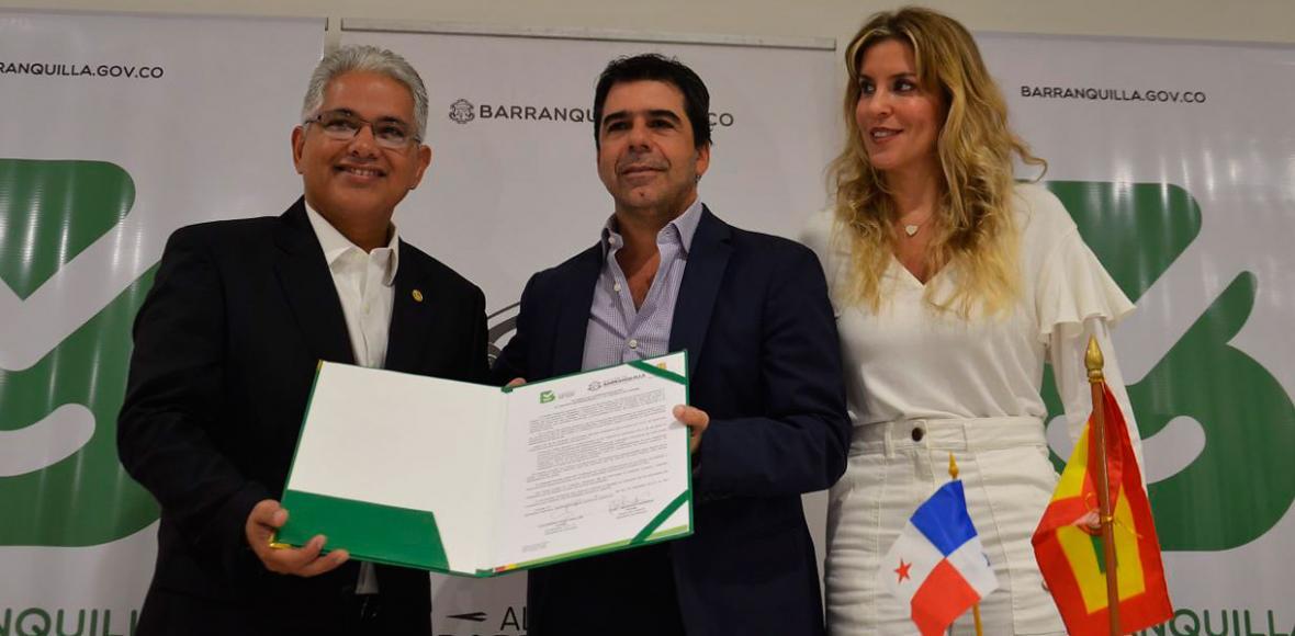 El alcalde de Ciudad de Panamá, José Blandón; el alcalde Alejandro Char y la embajadora de Colombia en Panamá, Ángela Benedetti..