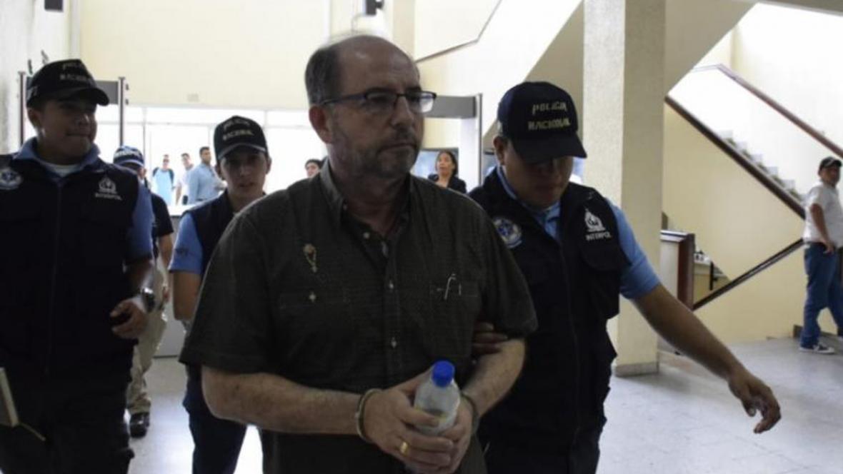Alonso Acosta Osío cuando ingresaba este lunes a audiencia preliminar en Tegucigalpa donde fue capturado.