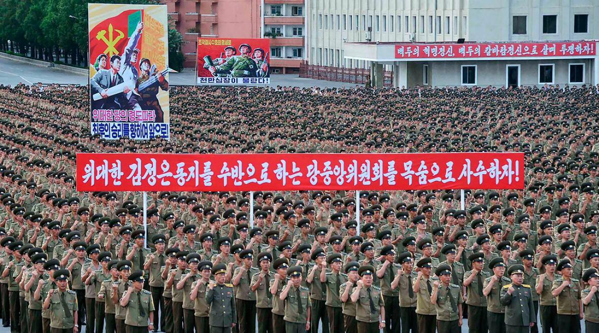 Personal al servicio del Ministerio de Seguridad Pública en una manifestación en apoyo de la postura de Corea del Norte contra Pyongyang .