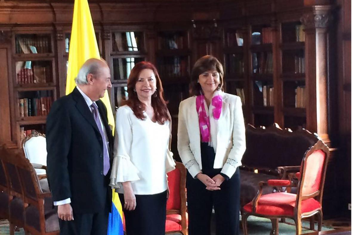 La canciller María Ángela Holguín junto a la nueva embajadora de Colombia en Cuba, Araceli Morales, y su esposo Jorge Alberto Durán.
