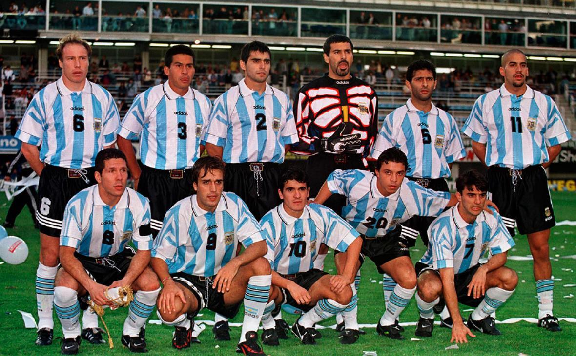Roberto Sensini en una selección de Argentina junto a Cáceres, Ayala, Roa, Astrada y Verón. Abajo: Simeone, Batistuta, Ortega, Gallardo y 'Piojo' López.