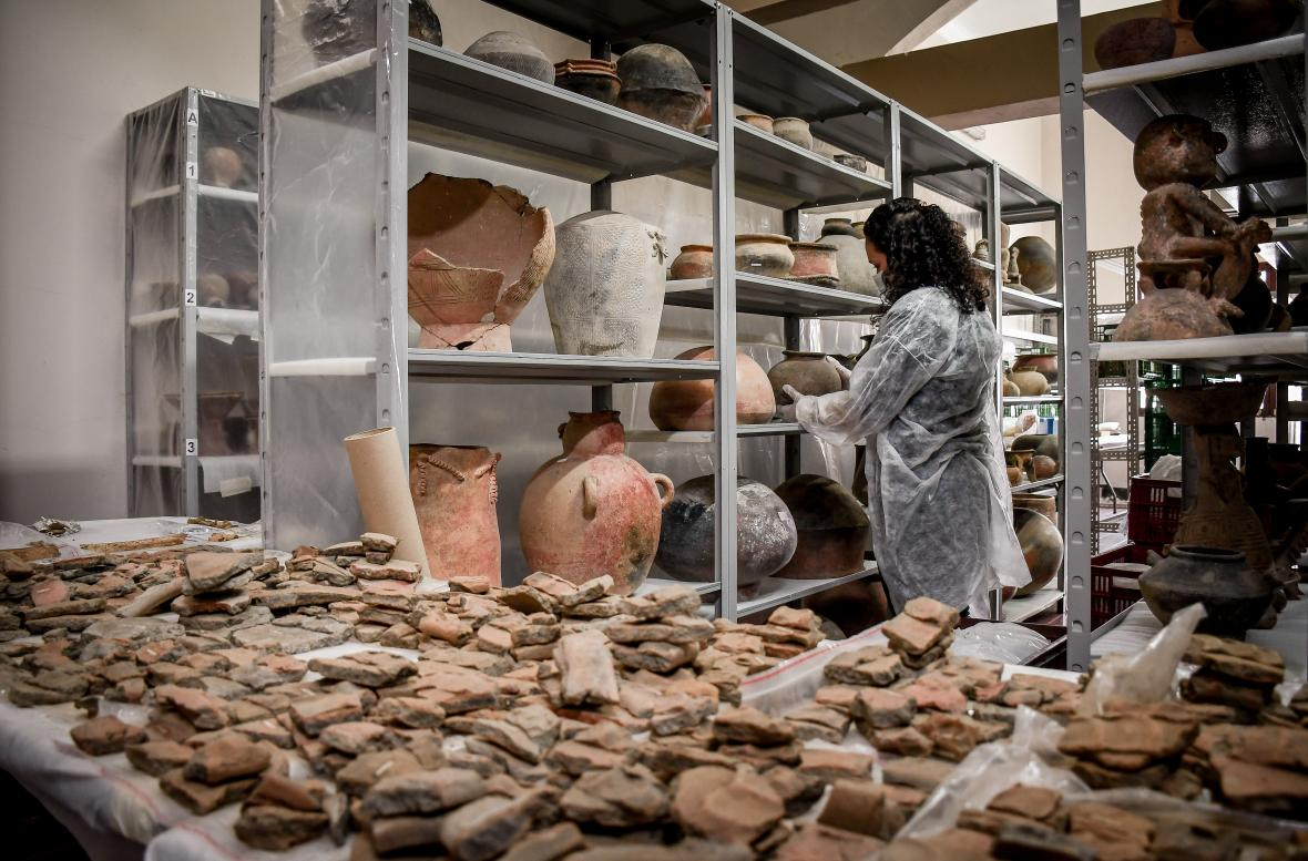 Colección de cerámicas en el museo de la UA.