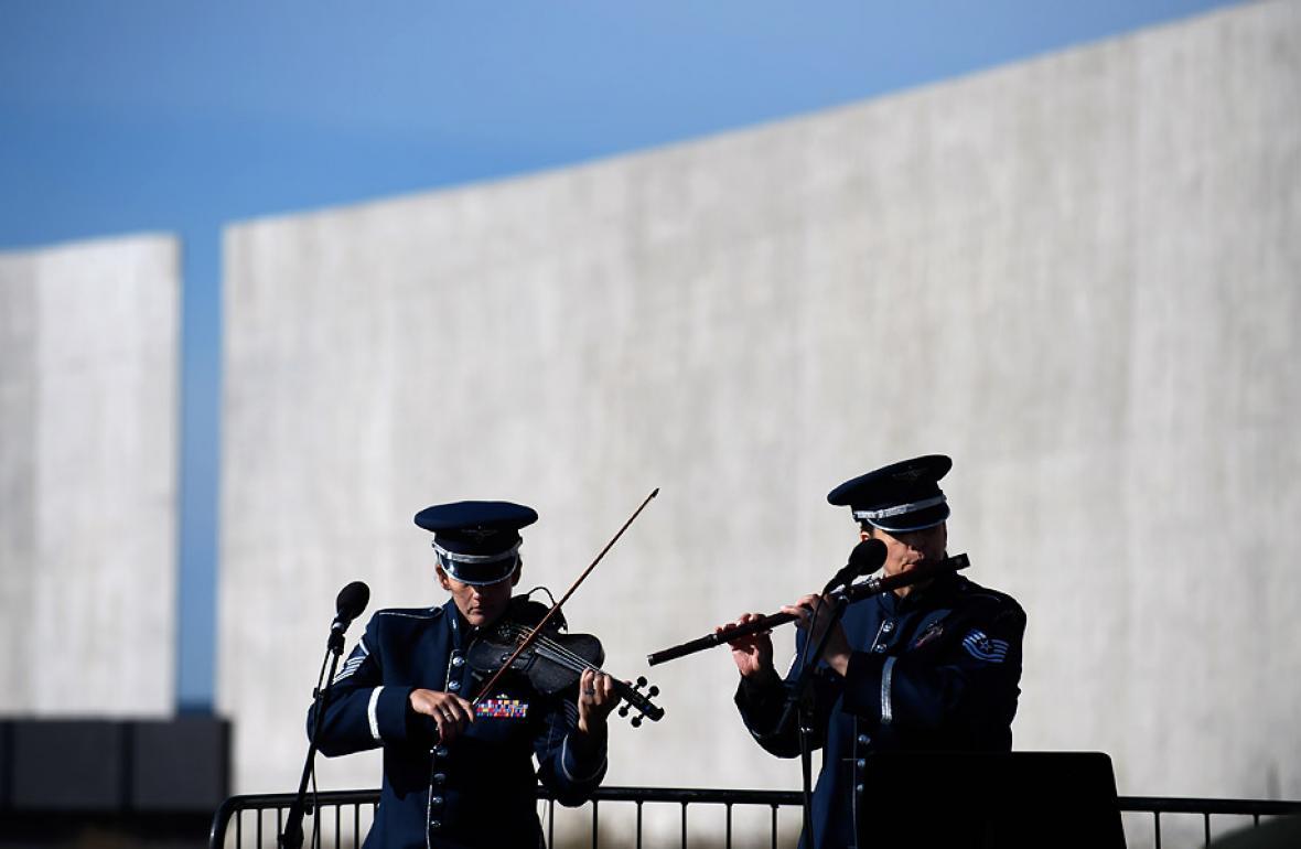 Dos militares participan en la ceremonia de este lunes en Pensylvania.