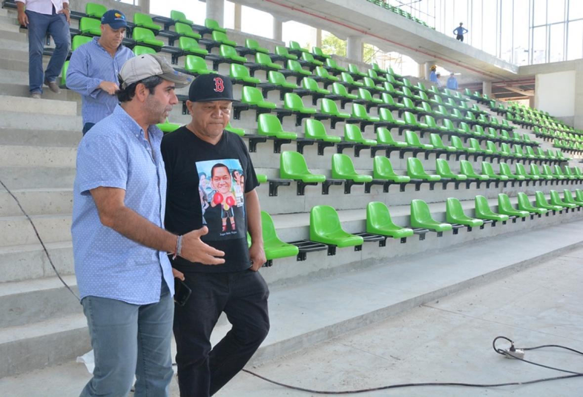 Sugar Baby Rojas entrando a conocer el Palacio de Combates que llevará su nombre, junto al alcalde Alejandro Char.
