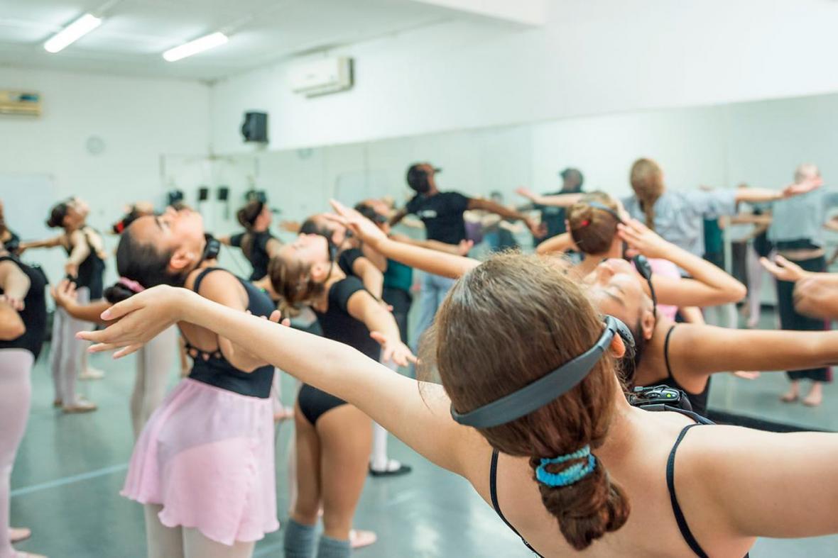 Niñas del Ballet de Barranquilla durante su taller con Bebe Miller.