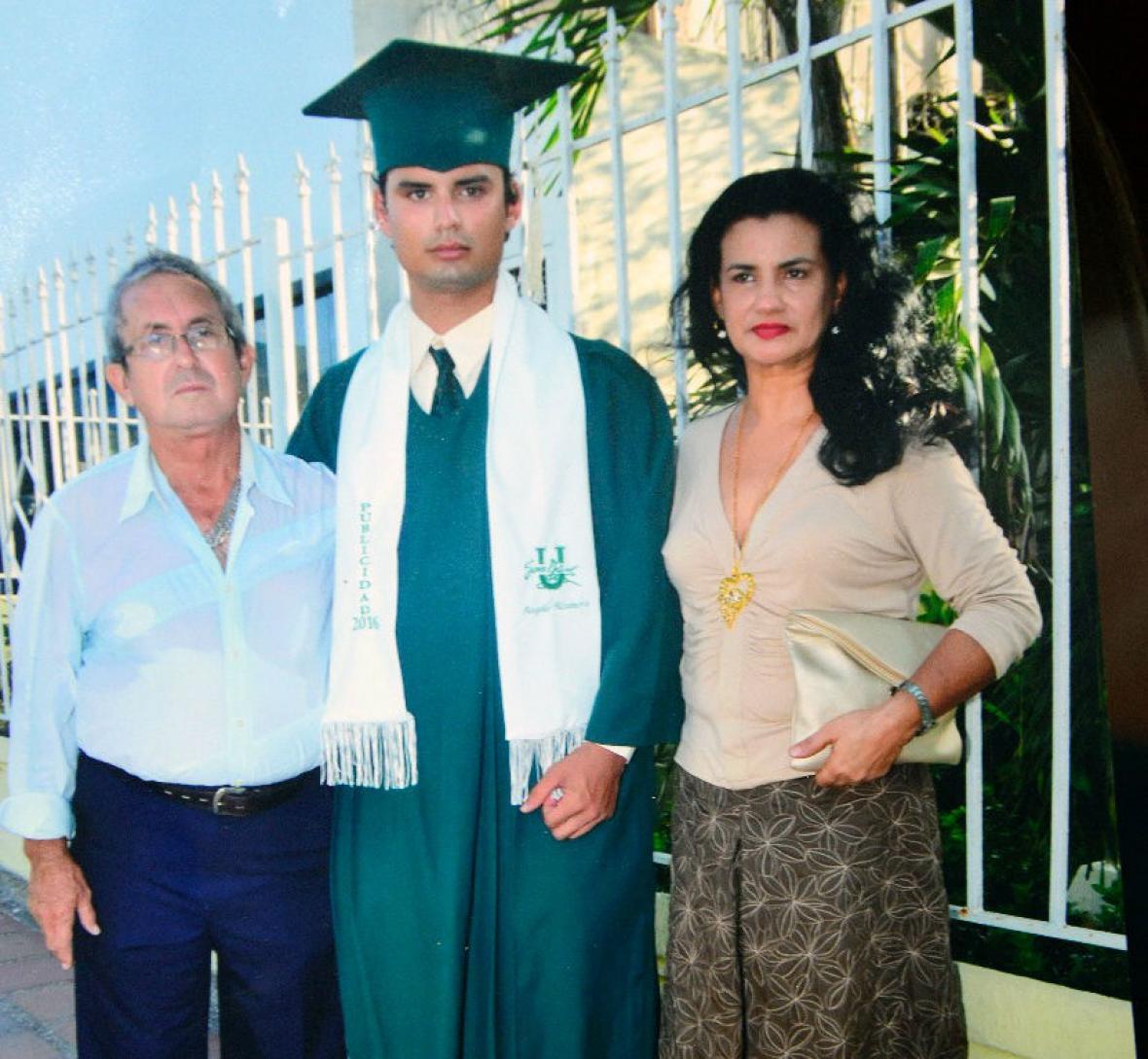 Angello con su padre Víctor Alzamora y su madre Myrian Córdoba, cuando se graduó como Técnico en Publicidad en la Simón Bolívar.